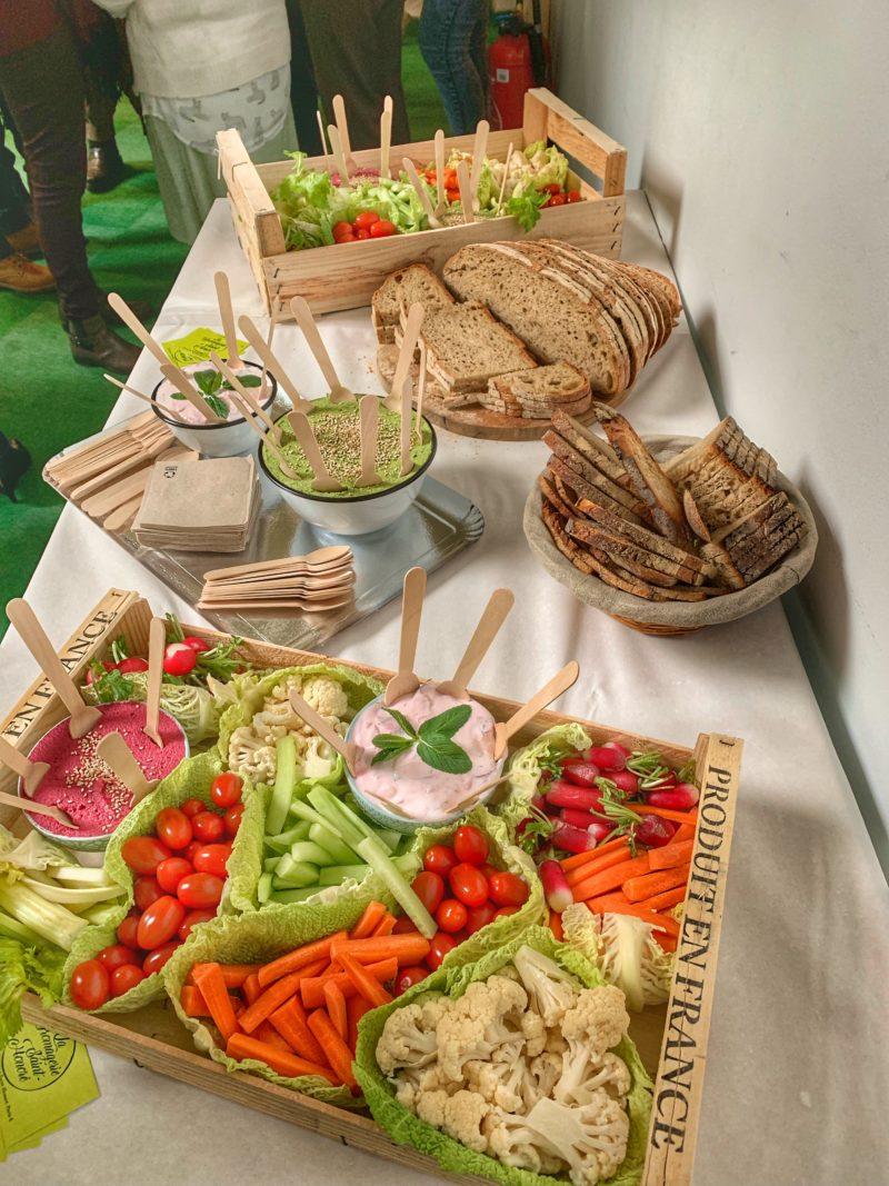 table de buffet avec cagettes de légumes et ses dips