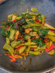 poêlée de légumes de printemps, puntarelle, blettes rouge, poireaux nouveaux et aillet