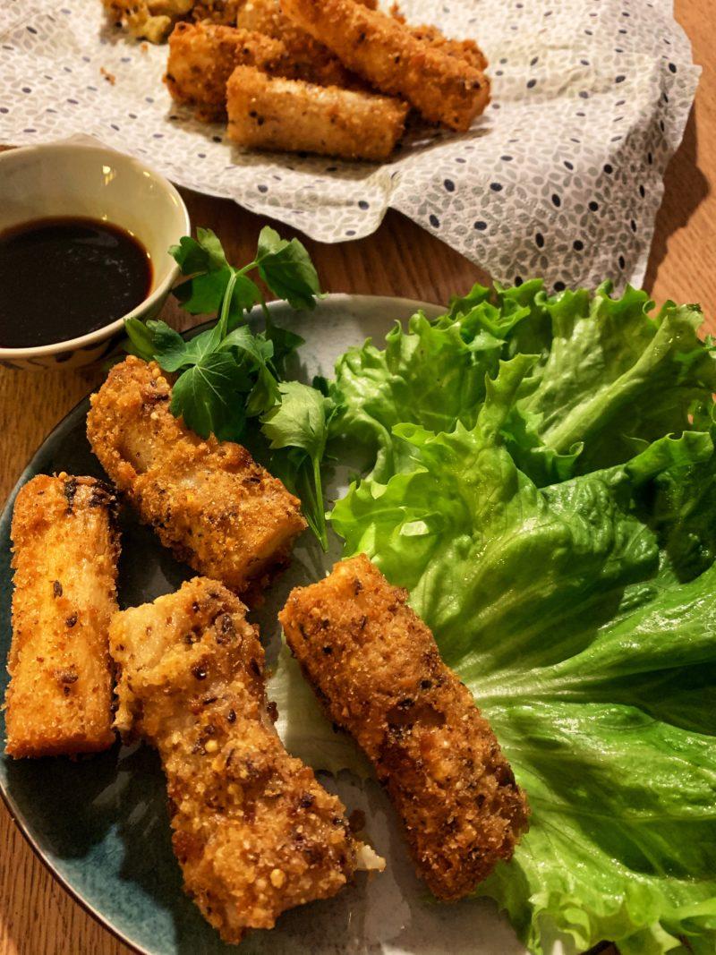 les salsifis panés servis comme des nems avec salade et persil