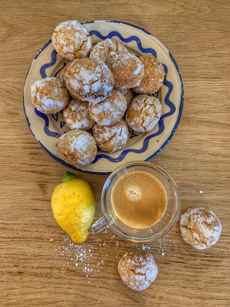 Petits macarons au citron à servir avec le café