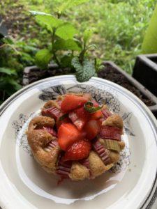 mini gâteau rhubarbe et fraises parfumées à la menthe