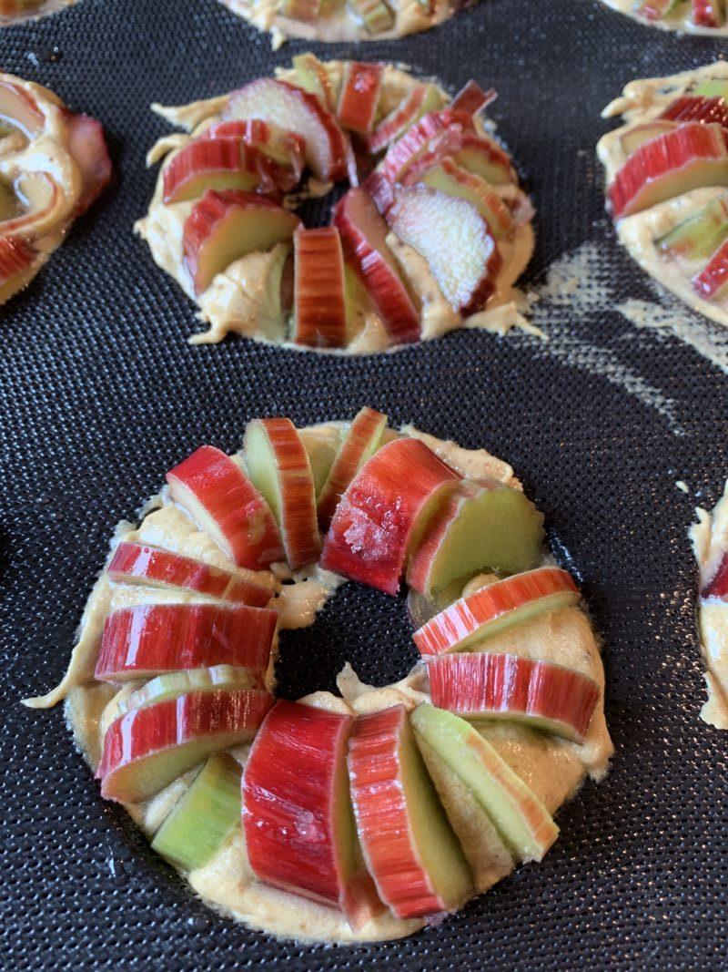 minis gâteaux à la rhubarbe disposés de manière graphique