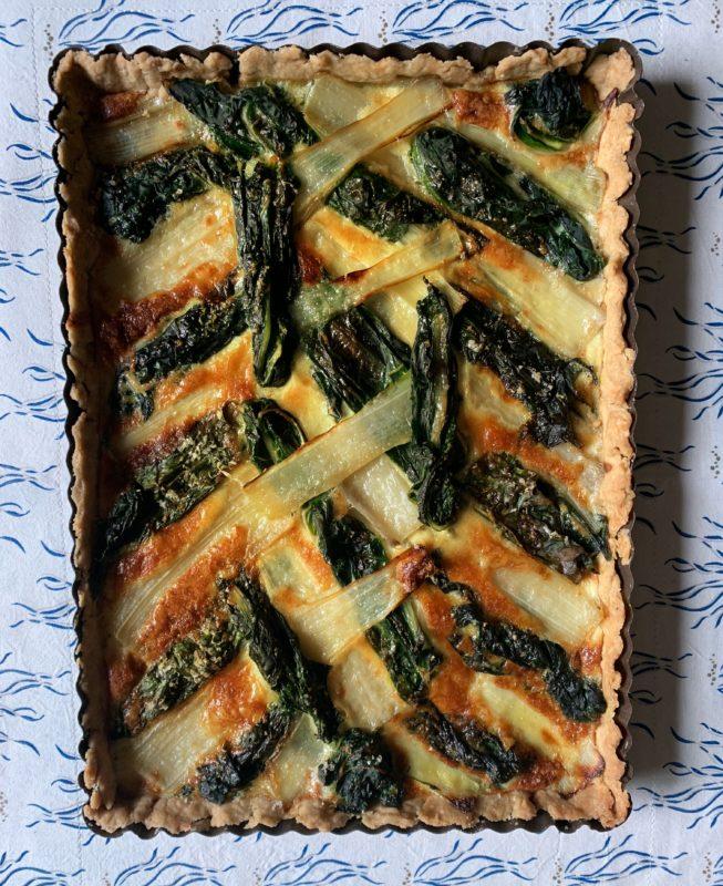 tarte graphique aux blettes côtes et feuilles, parfumée au bleu d'Auvergne