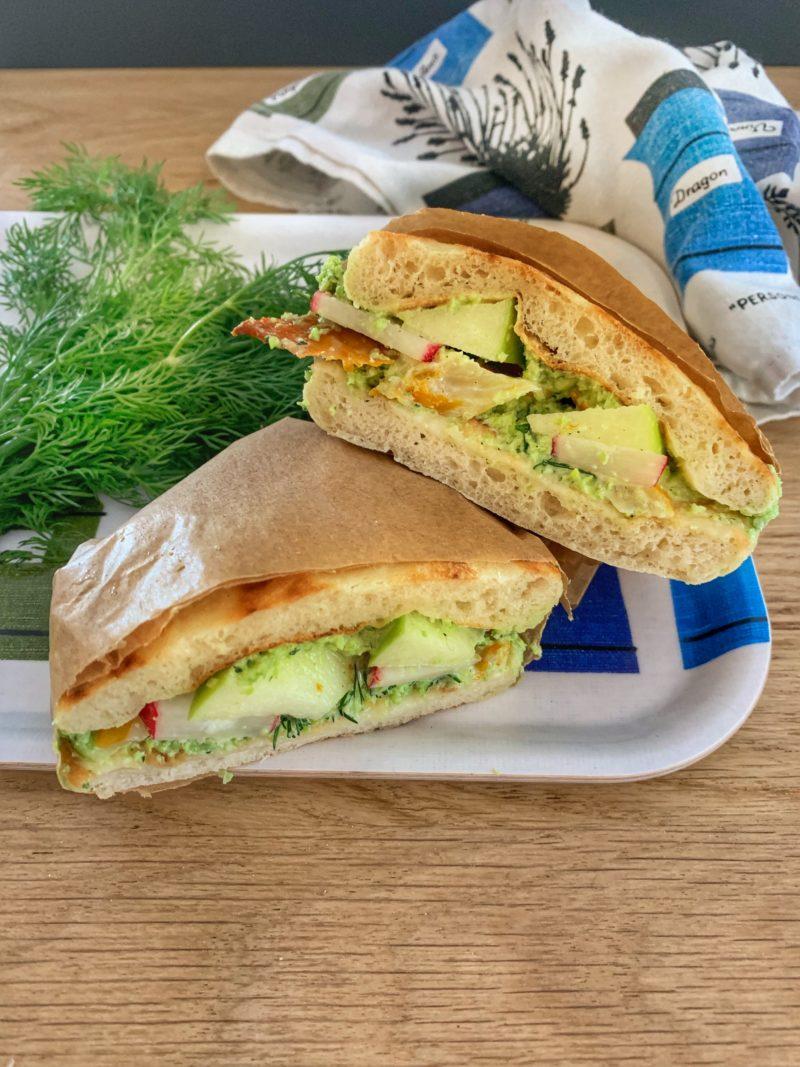 Sandwich nordique au haddock, petit pois, pomme et radis