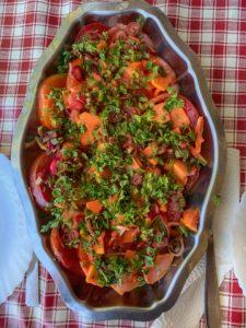 Salade de tomates , papaye, groseilles, oignons rouges et cerfeuil
