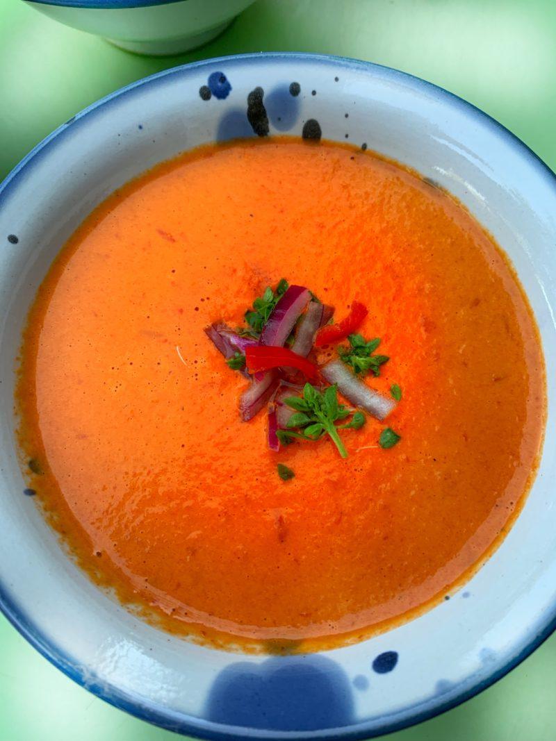 Bol de velouté aux poivrons rouges froid
