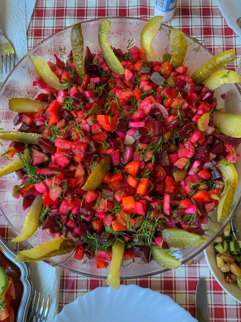 salade d'inspiration russe d'Irène aux betteraves, carottes, pommes acidulées et cornichon malossol aneth