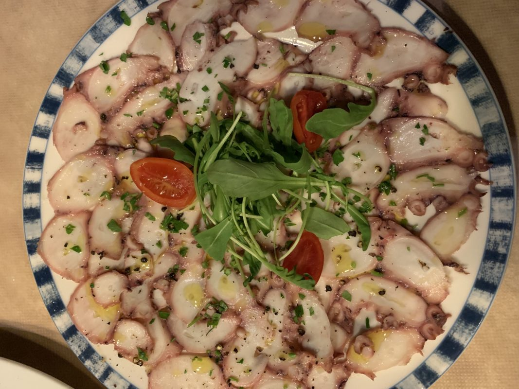 Carpaccio de poulpe servi dans le restaurant mama mia à Sifnos