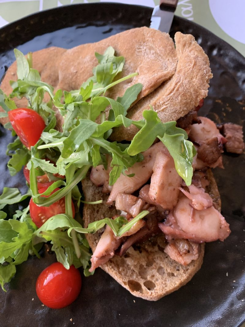 Poulpe grec cuit sous vide avec du lard servit au restaurant Gialos à Milos