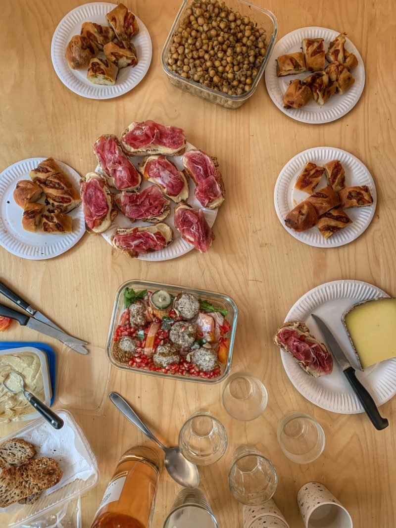 buffet à base de pois chiches, salade au cumin, houmous et falafels
