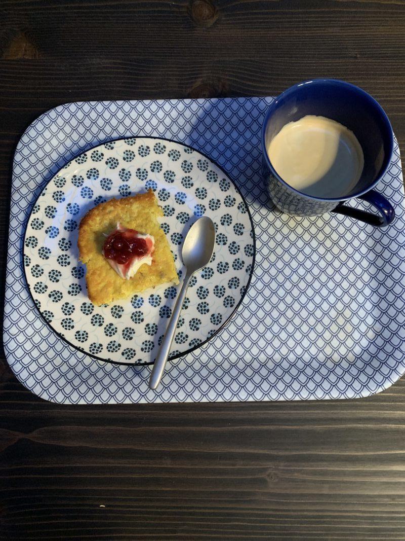 Saffranspannkaka servi avec crème et confiture pour accompagner le café