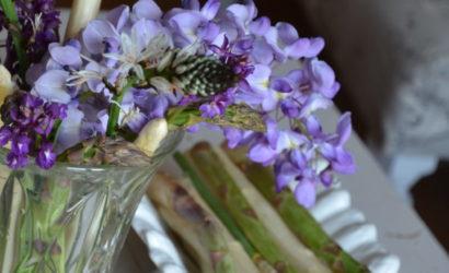 asperges vertes et blanches avec fleurs de printemps