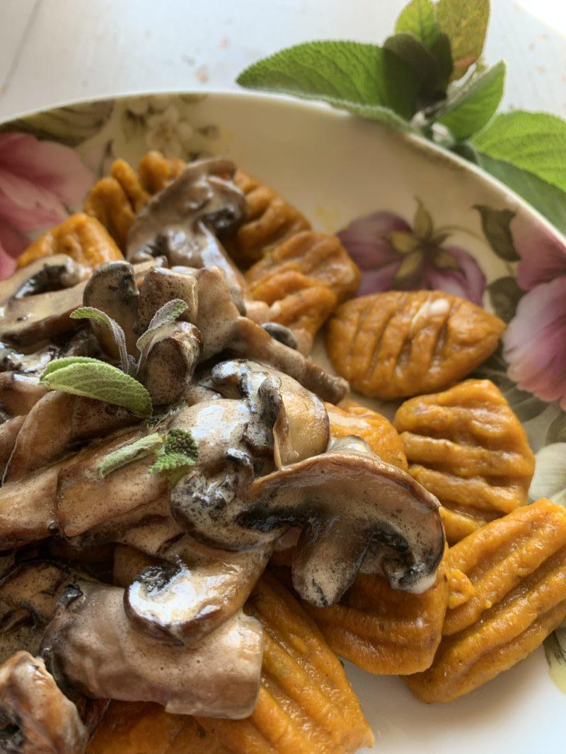 detail gnocchi à la sauce aux champignons sauge