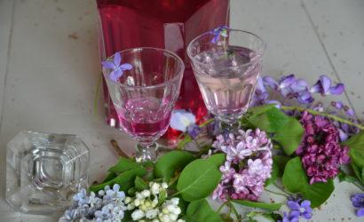 sirop de violettes dans des verres