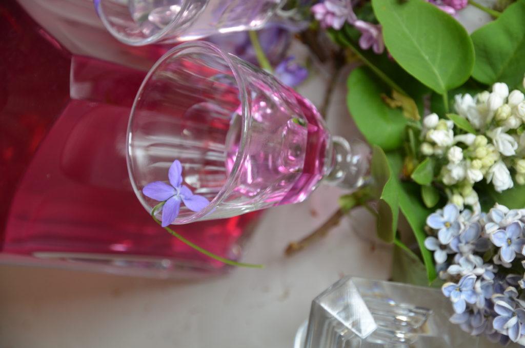 verre avec sirop de violette