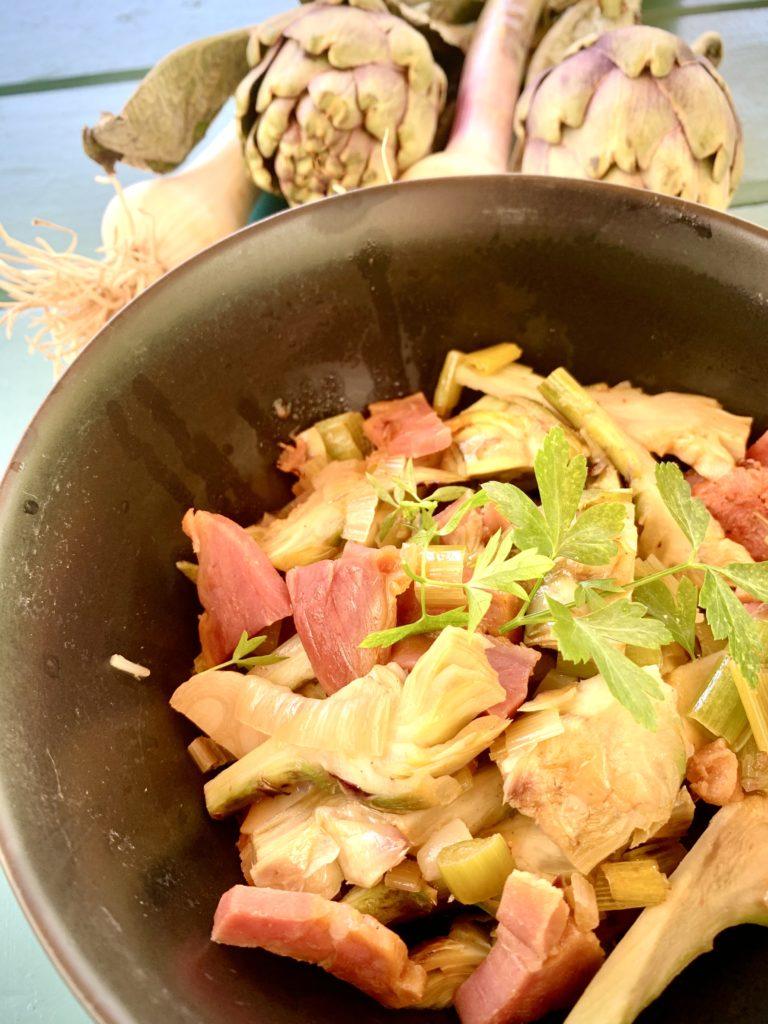 Petits artichauts au jambon, avec un peu d'ail frais et une pointe de vin blanc