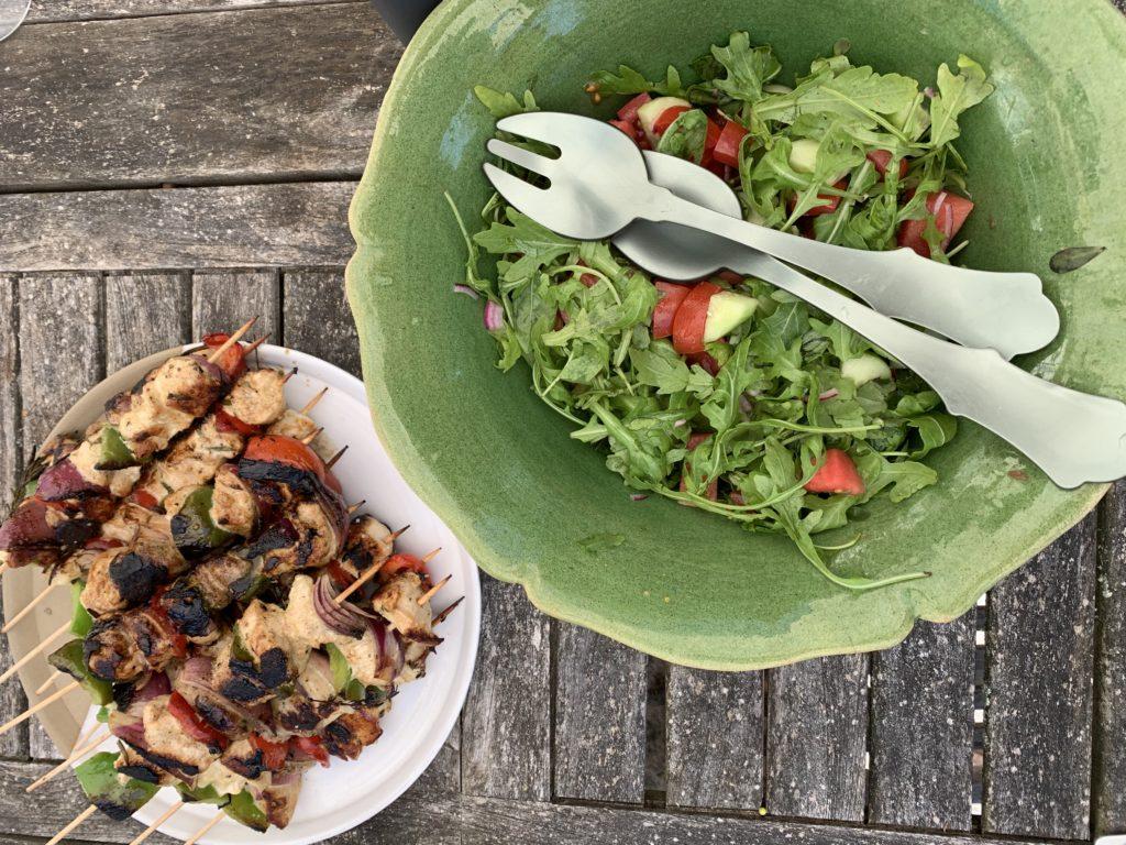 Brochettes de poulet et salade de roquette