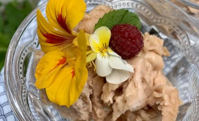 sorbet à la rhubarbe avec décor de fleurs comestibles et premières framboises du jardin