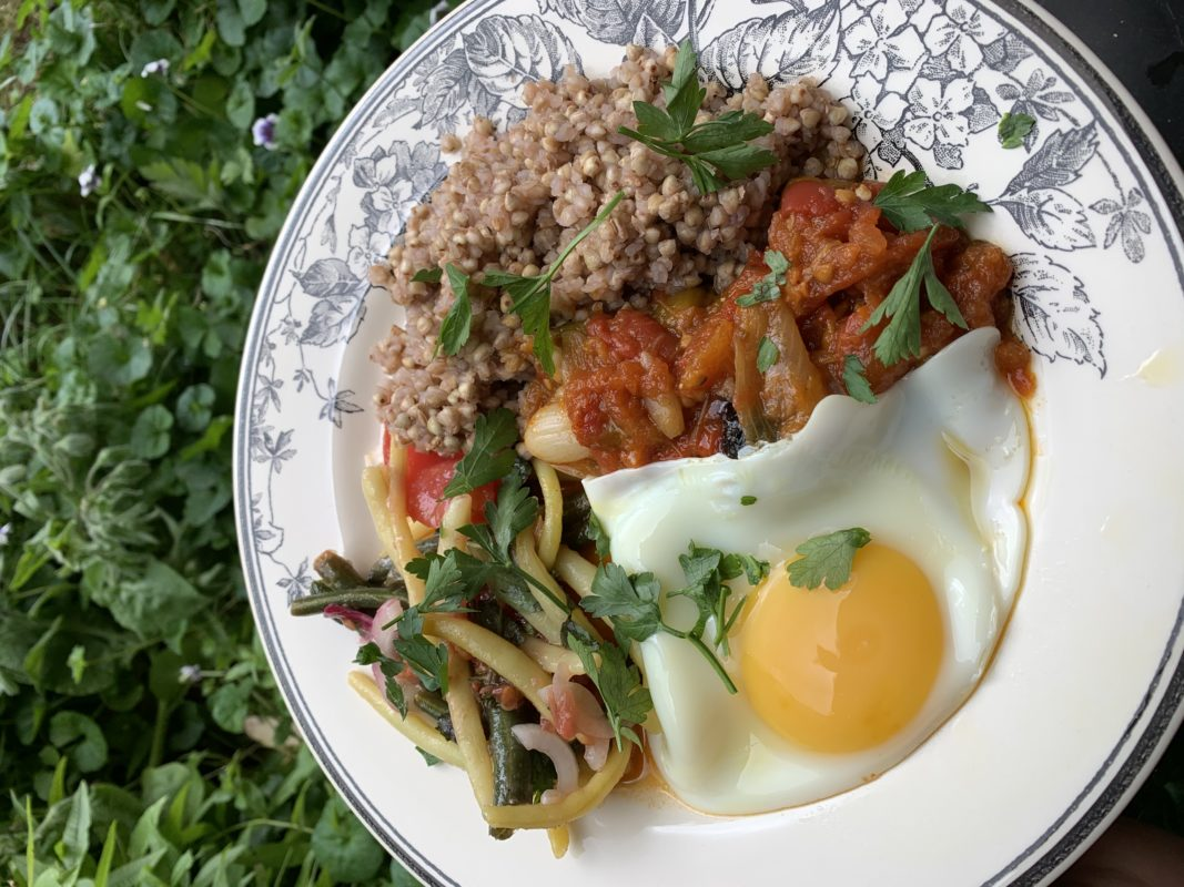 assiette de frita sarrasin grillé œuf au plat et salade de haricot vert