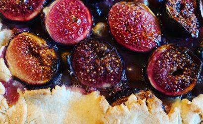 Tarte rustique aux figues, raisins et prunes à la gelée de coing