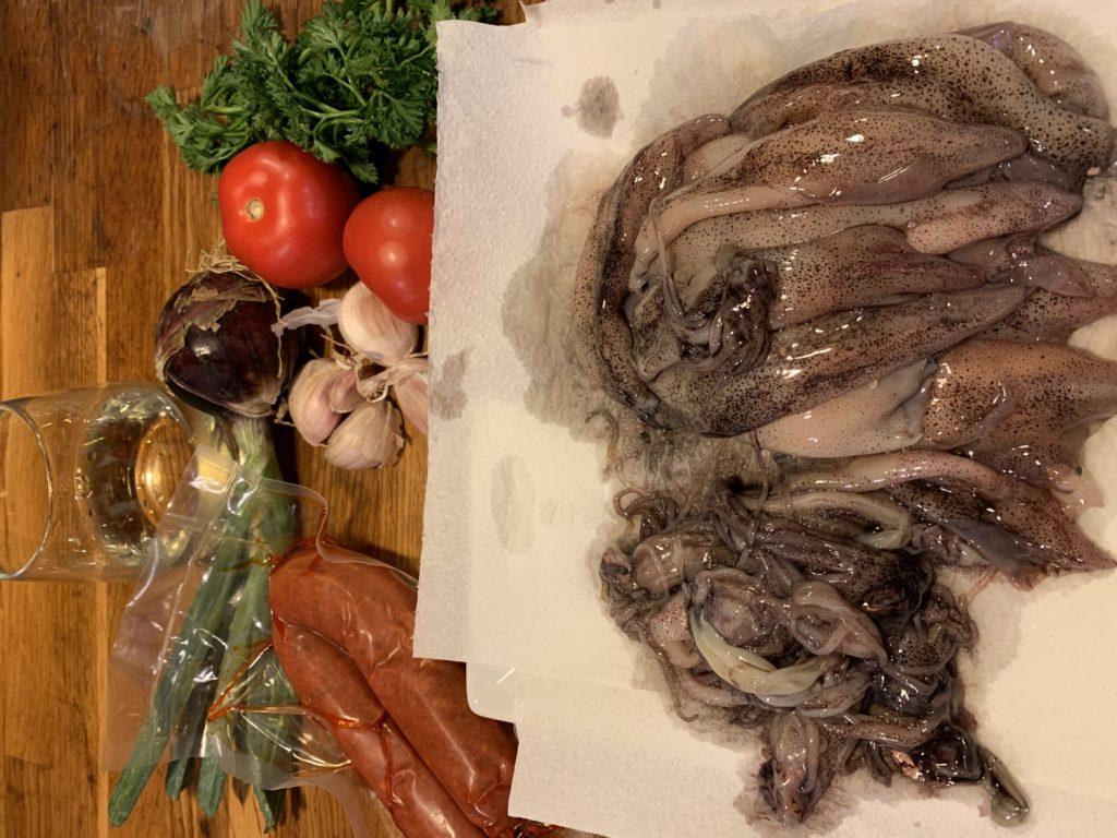 ingrédients pour faire les calamars à la brut, encornet, vin blanc, sobressade, tomates, oignons, ail, persil