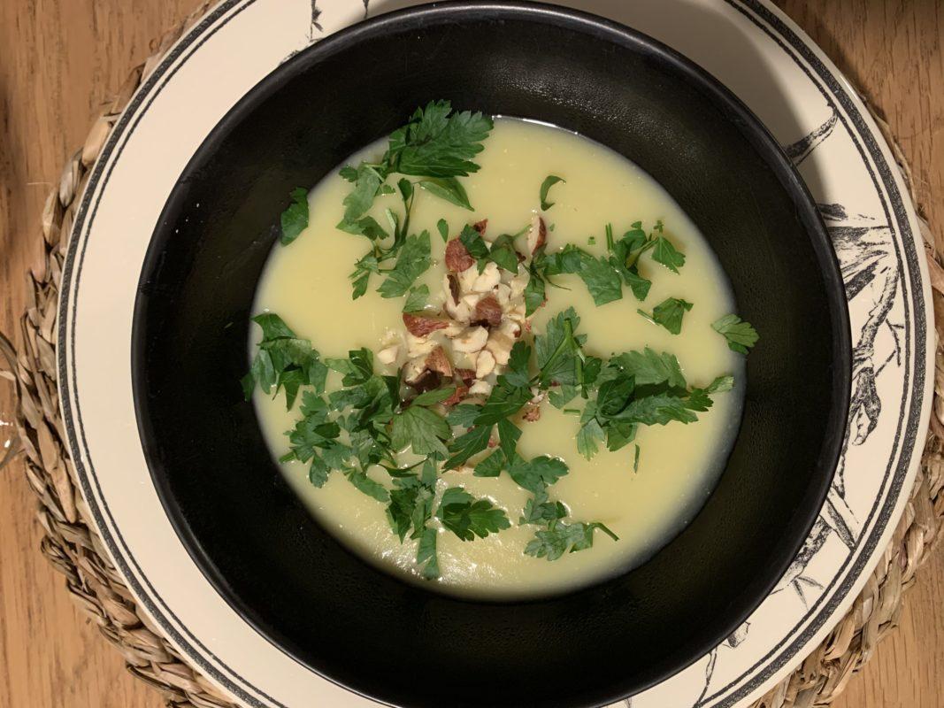 Velouté de haricots beurre et noisettes avec du persil