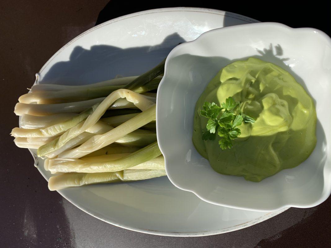 mayonnaise au vert de poireau pour accompagner des poireaux cuits vapeur