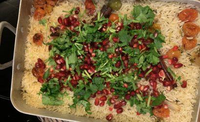 le riz à la Ottolenghi aux tomates et ail servi avec des grenade et de la Coriandre