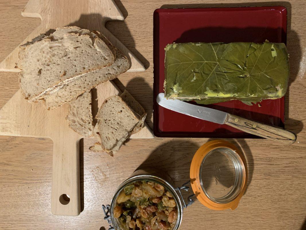 foie gras aux feuilles de vignes prêt à être déguster