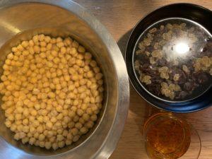 préparation pour le couscous, pois chiche à trempé, raisins à mettre dans l'eau et safran à diluer