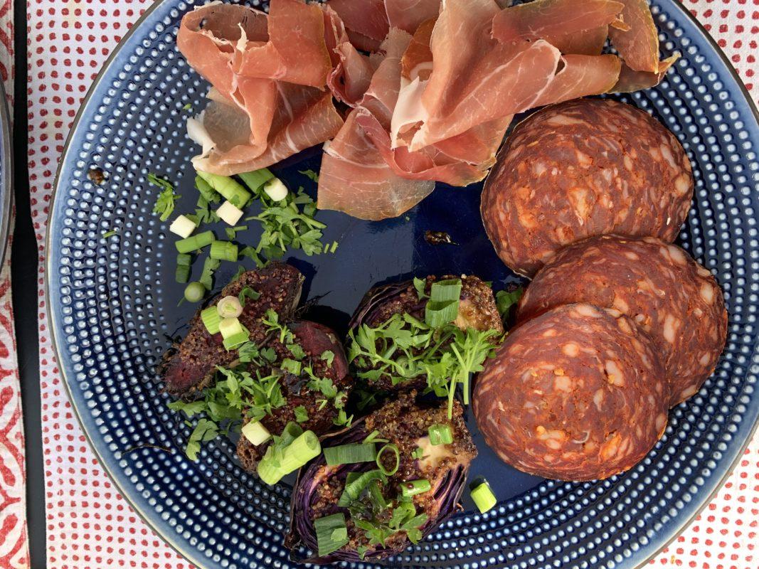 assiette de déjeuner avec chou rouge rôti et charcuterie