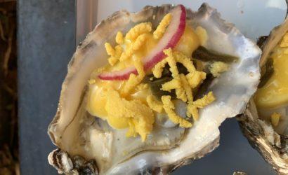 Huitre à la mayonnaise et à l'œuf, criste marine et pickle d'oignon rouge