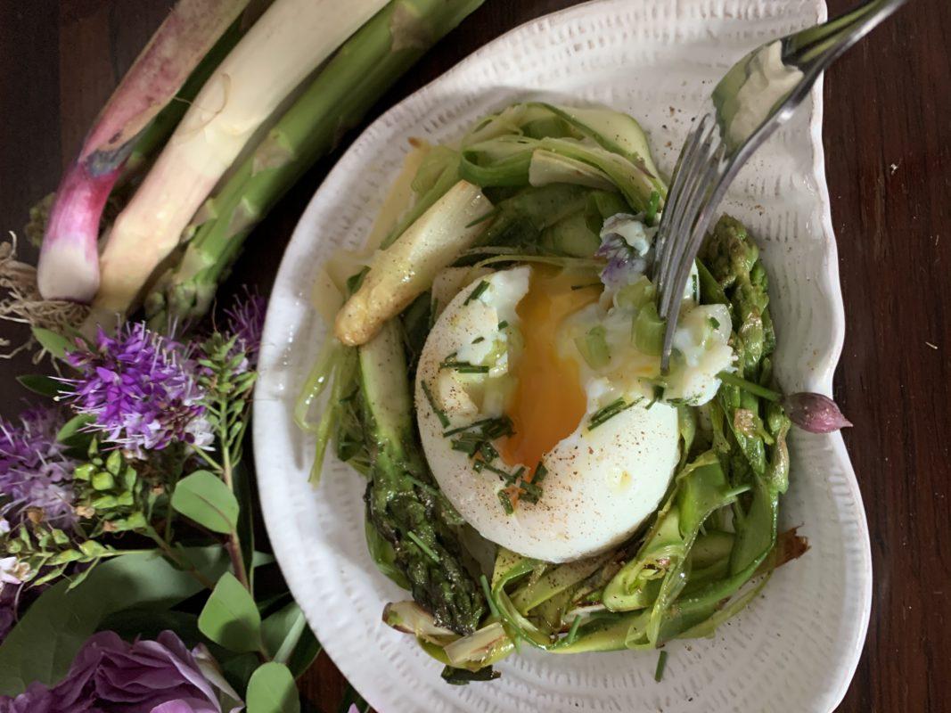 œuf poché et asperges frites