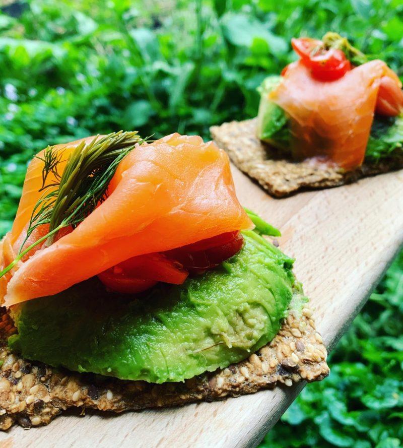 crackers de saumon à l'avocat et bourgeons de sapin