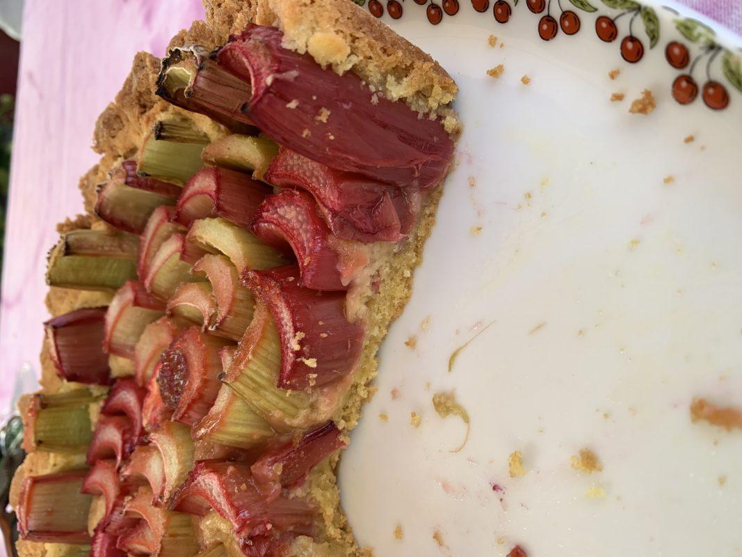 Tarte à la rhubarbe fond de tarte gâteau breton, parfumé à la confiture de fraise