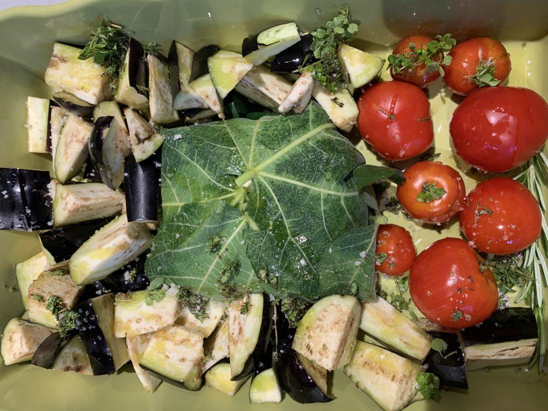 Légumes et féta à cuire dans des feuilles de figuier