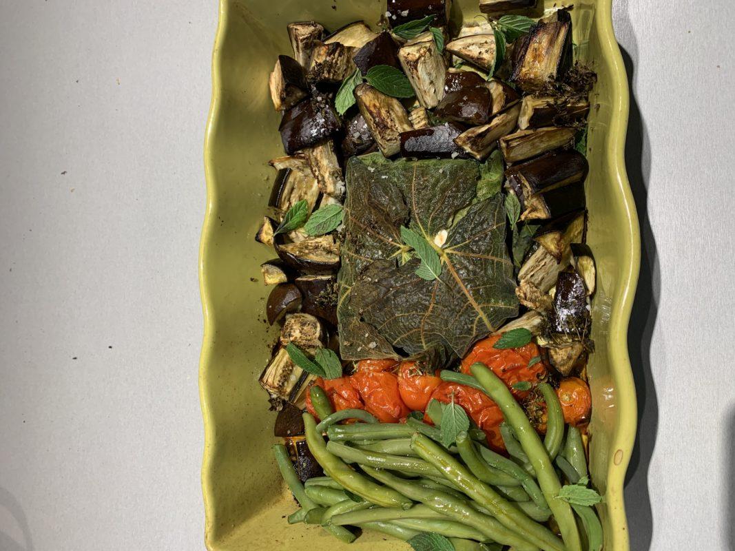 légumes et féta cuite dans des feuilles de figuier